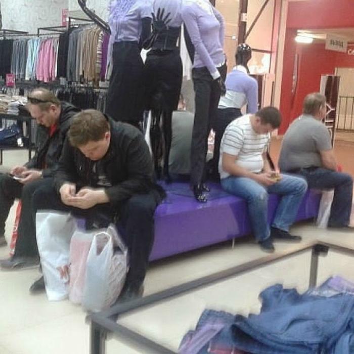 Традиционная субботняя тусовка настоящих мужчин в торговом центре.