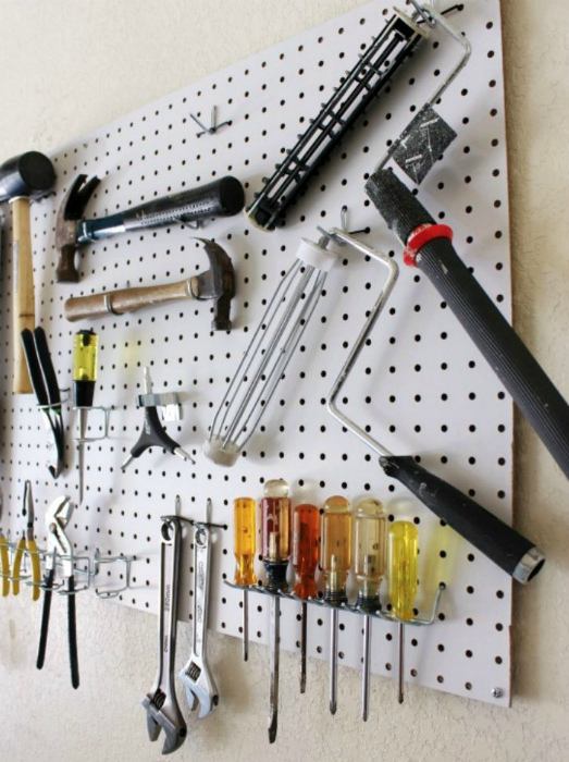 Органайзер для инструментов из перфорированной панели.