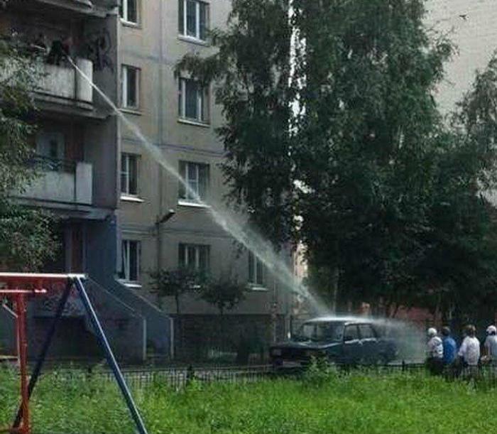 Мытье авто во дворе.