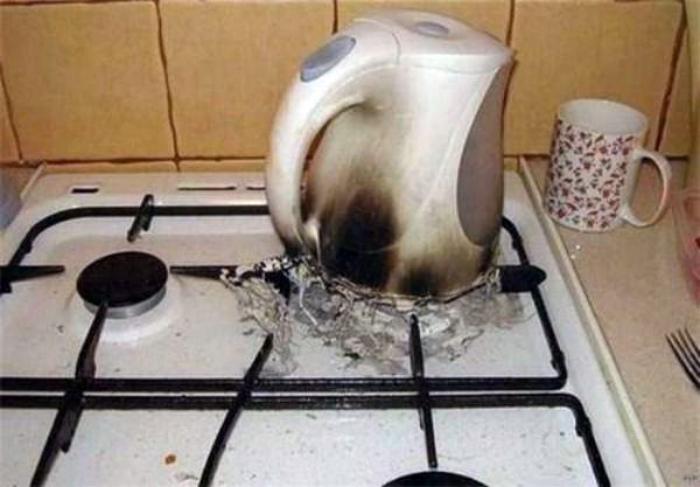 Чайник закипел, но кофе не будет! | Фото: Приколы - Tochka.net.