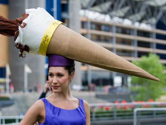 Не хотелось бы встретить девушку в этой шляпе в Московском метро, в час пик.