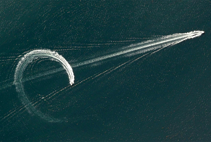 Рисунки катеров рассекающих воды реки Брисбен.