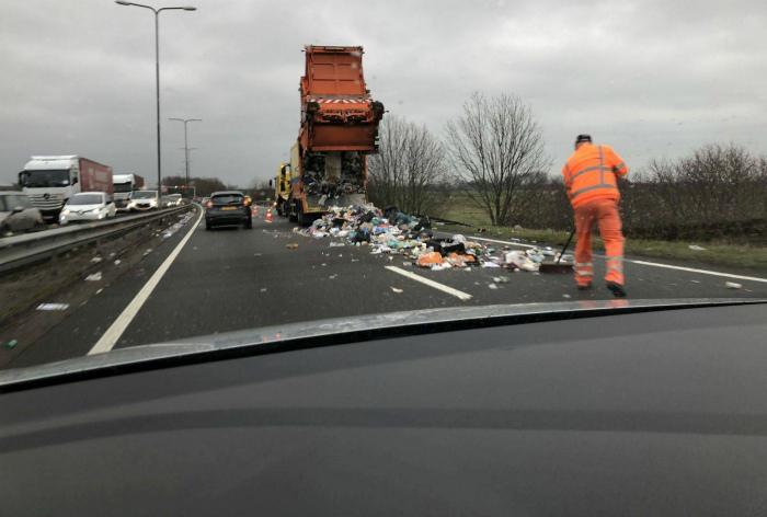 Тот случай, когда в жизнь вошел большой мусорный поток | Фото: Ololo.tv.