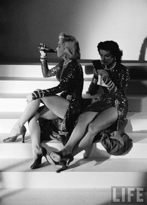 Актрисы на съемочной площадке фильма «Джентльмены предпочитают блондинок», 1952 год.