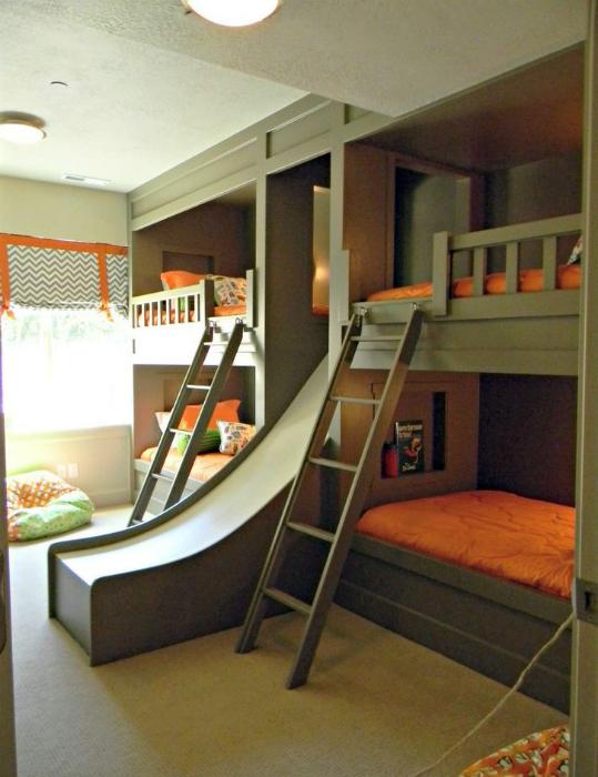 Современная спальня для четверых детей.