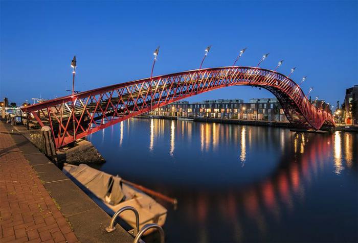 Мост «Питон» в Амстердаме.