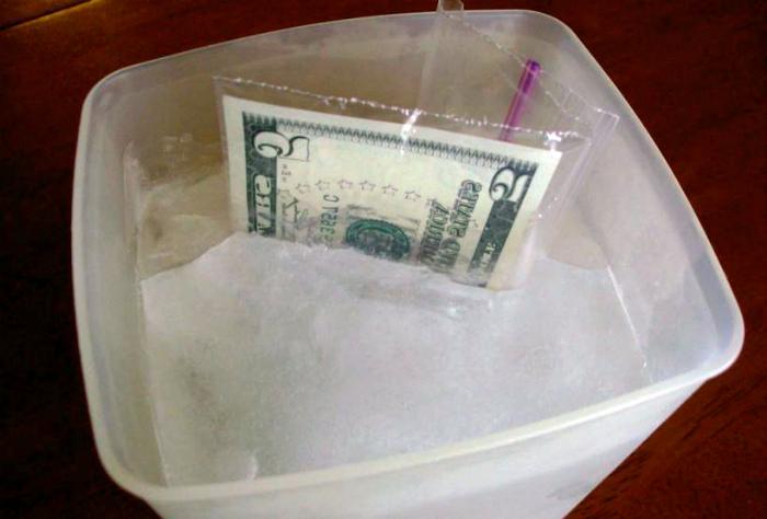 Деньги во льду. | Фото: coreymondello.com.