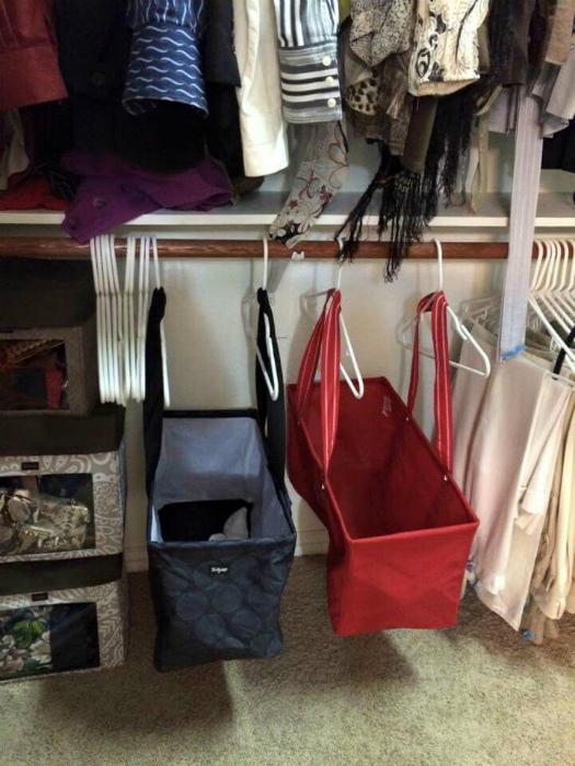 Хозяйственные сумки в шкафу.