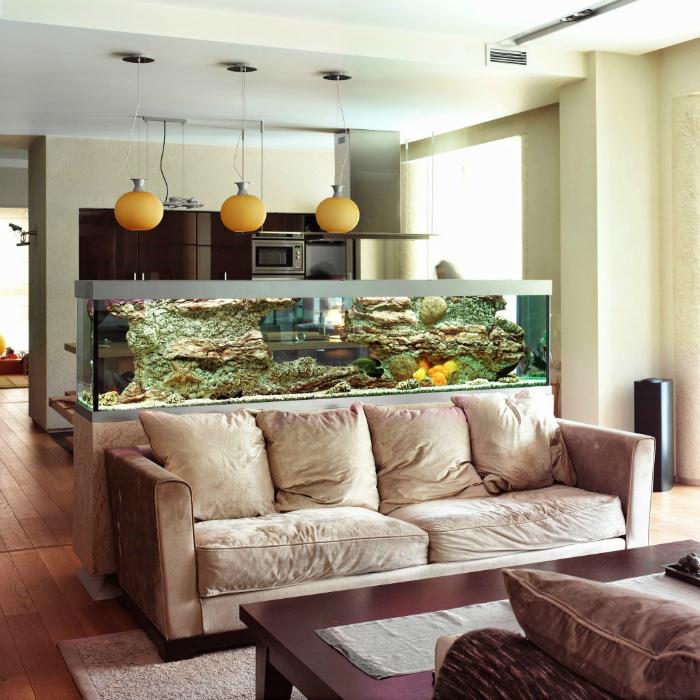 Кухня-гостиная, разделенная аквариумом.