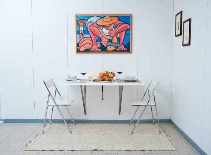 Небольшой раскладной столик прекрасно впишется в интерьер маленькой кухни.