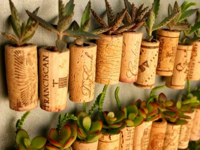 Винные пробки можно использовать для выращивания суккулентных растений, сделать из них подставку, коврик или брерок.