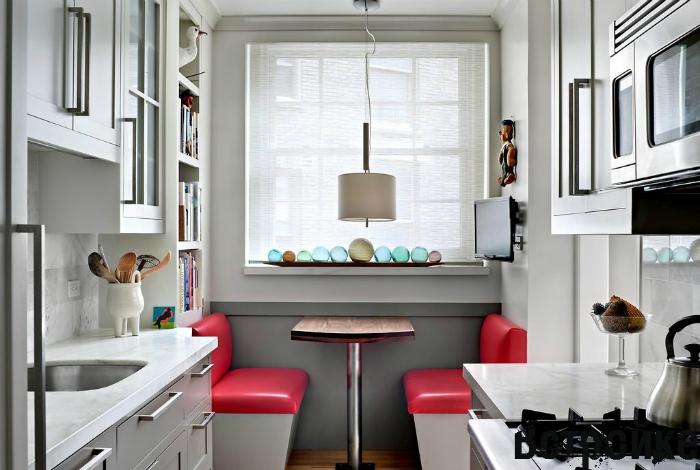 Узкая прямоугольная кухня с компактным обеденным столиком, украшенная множеством декоративных элементов.