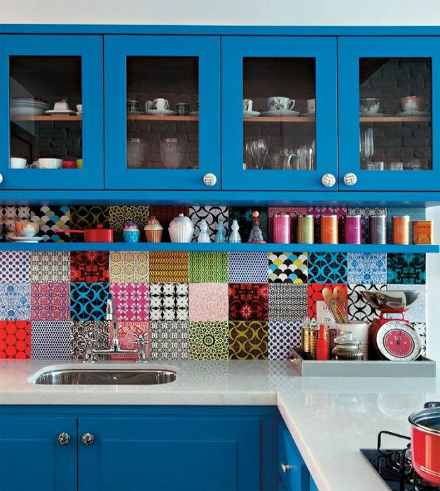Яркий интерьер современной кухни.