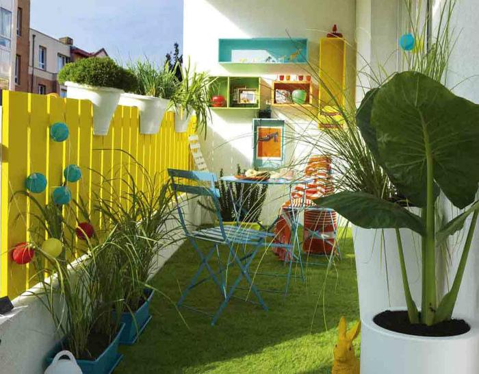 Зеленая лужайка на балконе. | Фото: Pinterest.