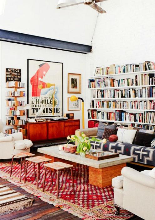 Сочетание мебели старого и нового образца в интерьере гостиной.