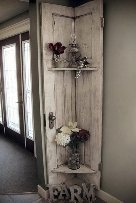 Декоративная полка из двери. | Фото: Nisartmacka.com.