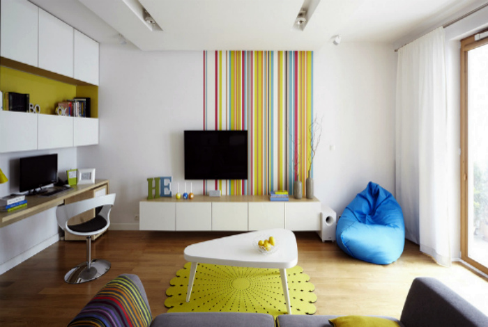 Нескучная гостиная с вкраплениями ярких цветов.