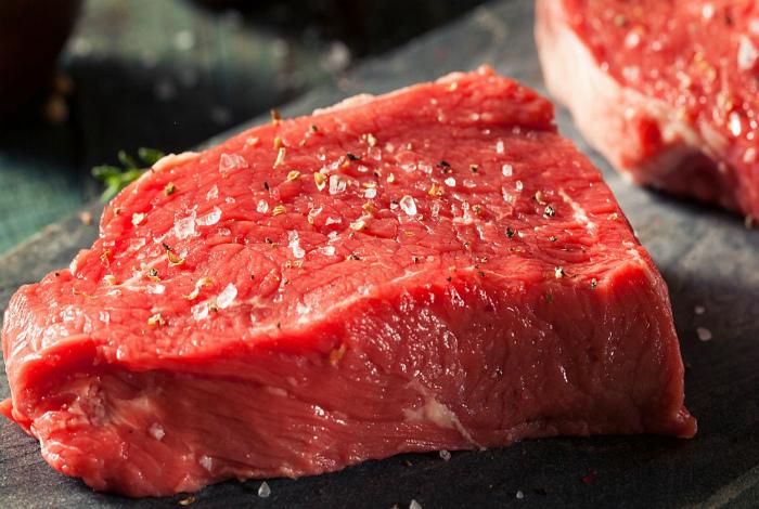 Солить мясо в процессе готовки.