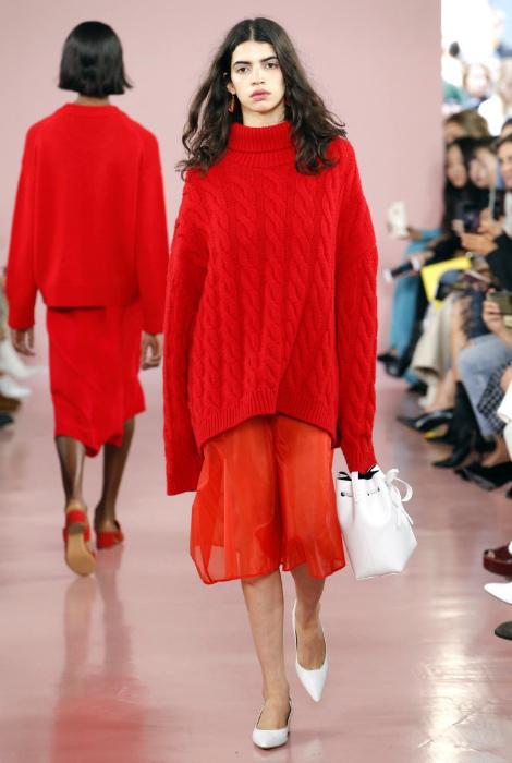 Одежда красного цвета.