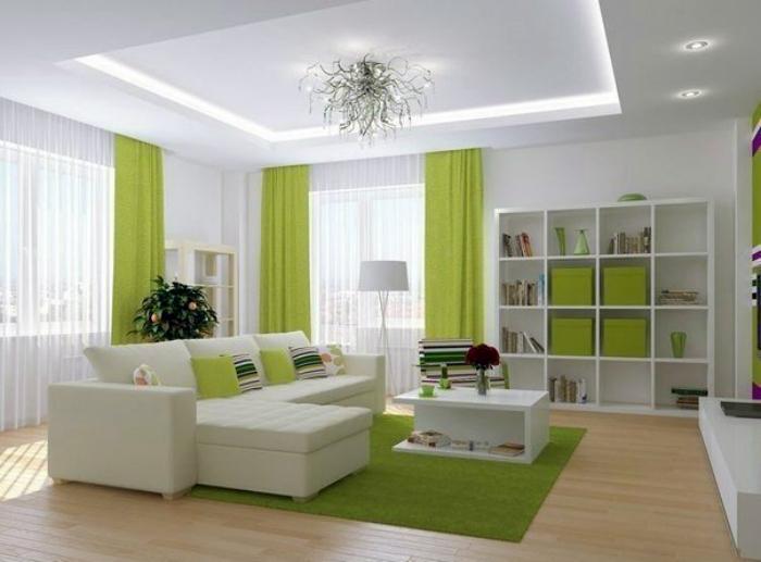 Светлая гостиная с зелеными акцентами.