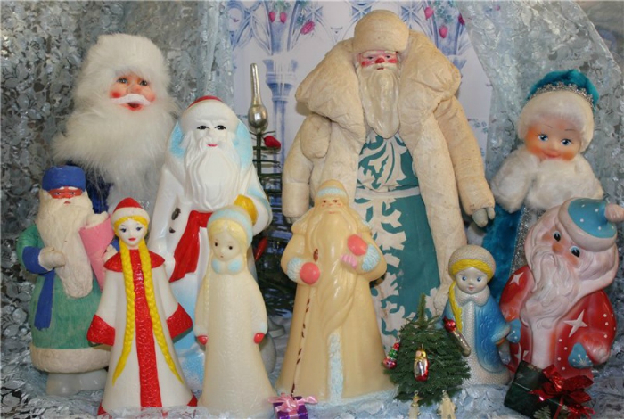 Разнообразные фигурки Дедушки Мороза и Снегурочки, которые обязательно стояли под елкой.