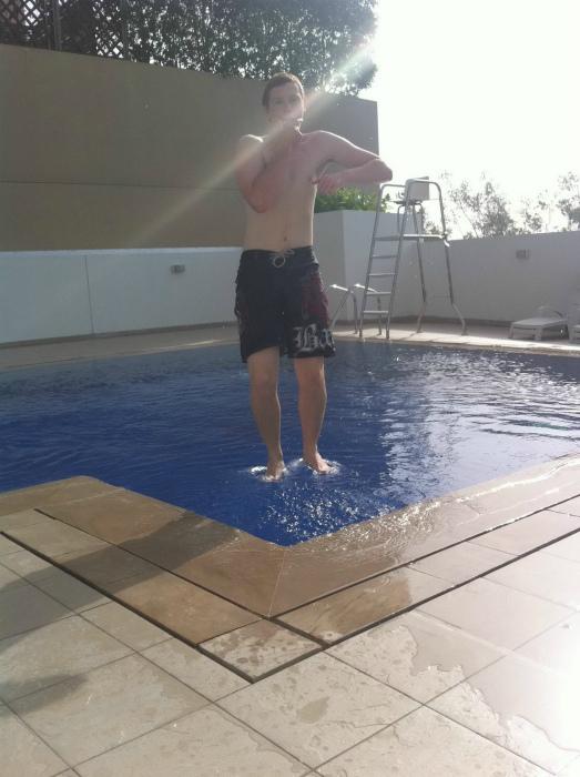 Хождением по воде уже никого не удивить, поэтому этот парень просто стоит! | Фото: Телеграф