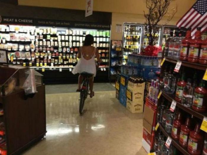 Передвигаться по магазину на велосипеде гораздо быстрее и веселее.
