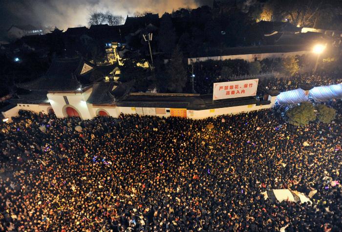 Несколько сотен тысяч верующих ежегодно собираются у монастыря Гуйюань. | Фото: bublink.ru.