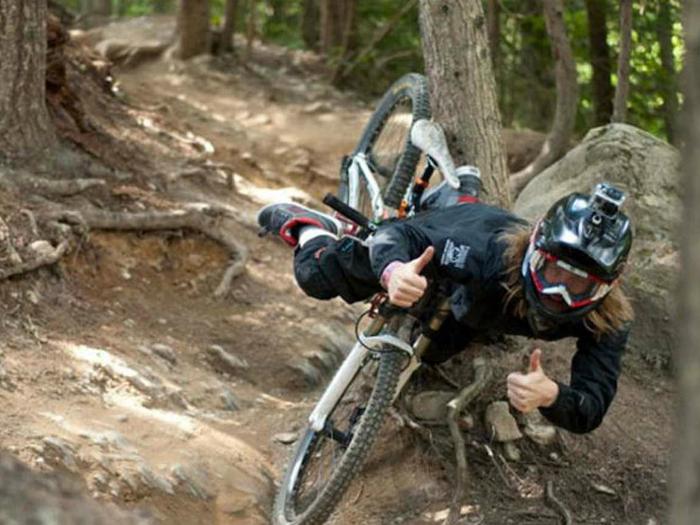 Девушка не удержалась и упала с горного велосипеда.
