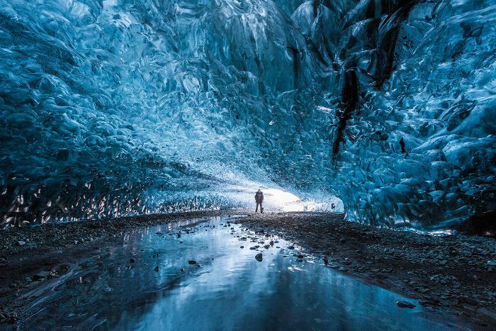 Многовековые льды лазурных оттенков можно обнаружить в пещере национального парка Скафтафелль на юго-востоке Исландии.