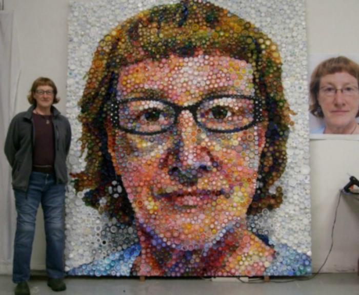 Потрясающий портрет, выполненный исключительно из крышек.