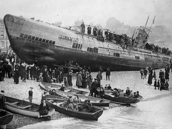 1918 год. Немецкая подводная лодка, оказавшаяся на южном побережье Англии, после капитуляции.