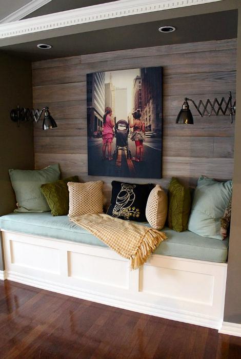 Уютный уголок с очаровательной древесной отделкой стен.