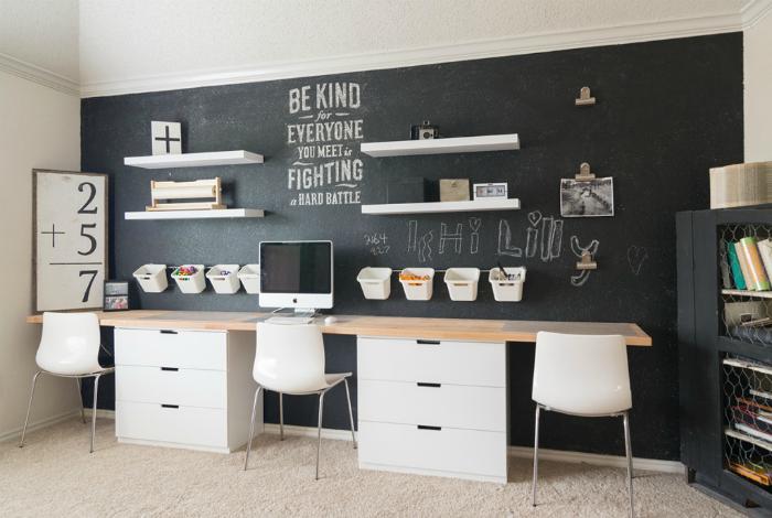 Письменный стол у акцентной стены.
