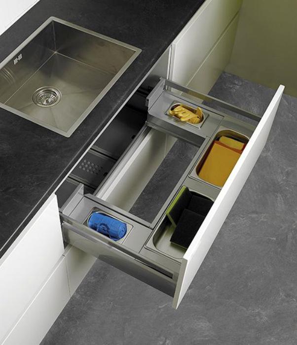 Шкафчик под мойкой в кухне.