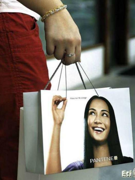 Рекламный пакет Pantene с ручками в виде волосин.