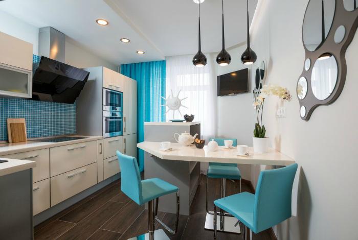 Белая кухня с голубыми акцентами.