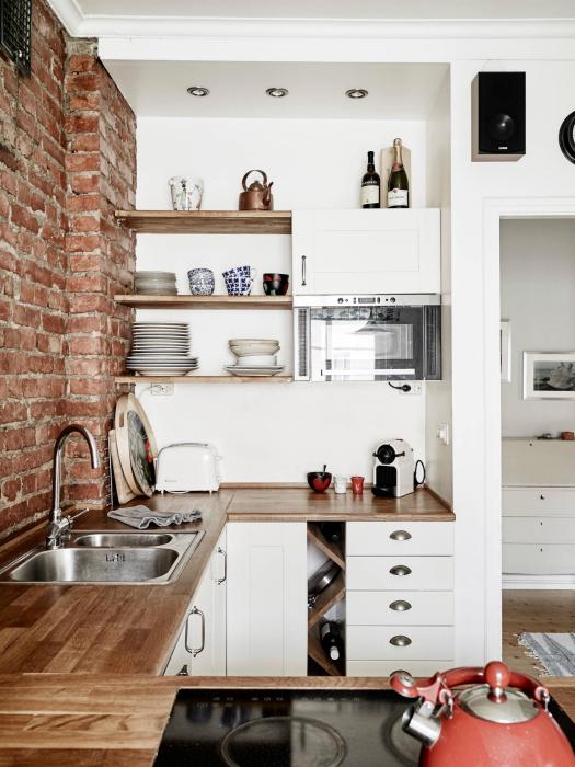 Небольшая кухня с кирпичной стеной.