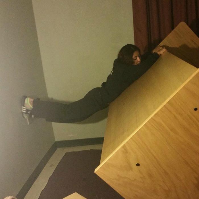 Перестановка мебели - крайне опасное занятие для джей невысокого роста.