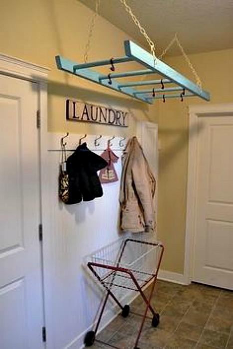 Открытый шкаф из лестницы.
