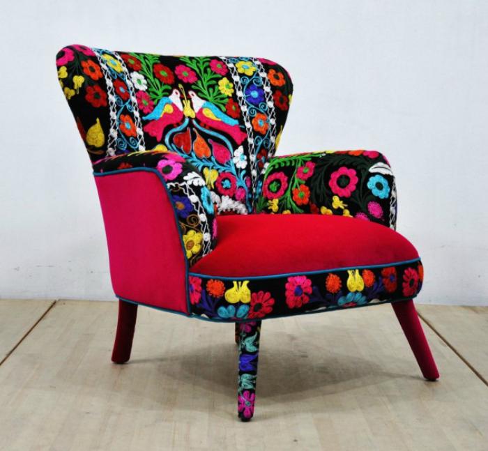 Колоритное кресло с цветочным принтом.