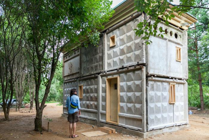 Новая жизнь бетонного забора. | Фото: fishki.net.