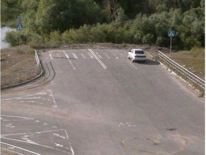 На такой сложной автомагистрали без зебры не обойтись...