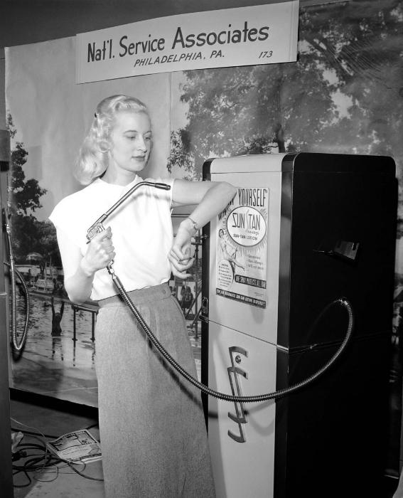 Уличный автомат с кремом для загара. 1949 год.