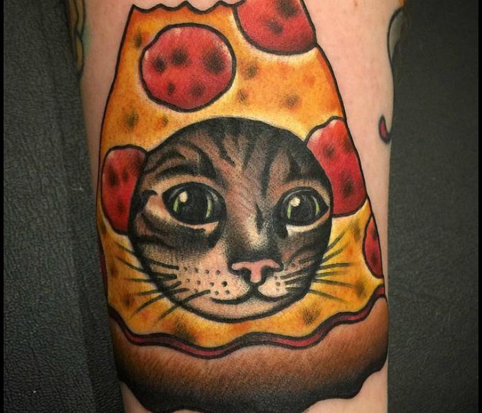 Знаменитый мем, котик в пицце, стал героем татуировки.