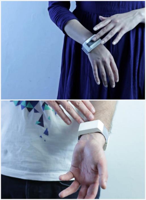 Браслет Tactilu, способный передавать прикосновения.