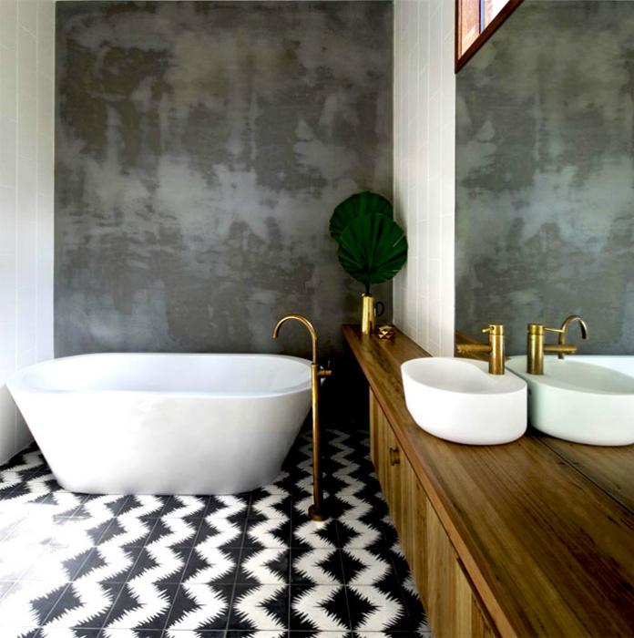 Ванная комната с необычной отделкой.
