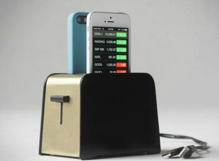 Зарядное устройство Foaster для двух айфонов.
