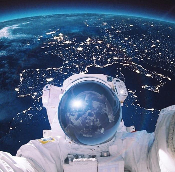 Снимок на орбите Земли.