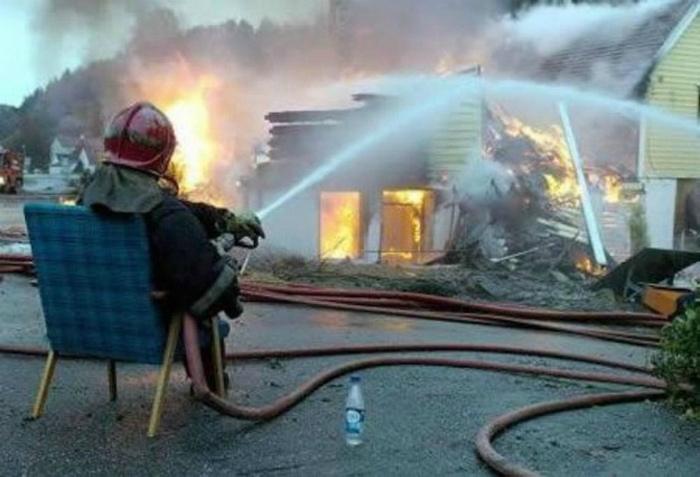 Тушение пожара без лишней суеты. | Фото: Поросёнка.нет.